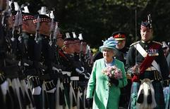 <p>Britain's Queen Elizabeth (C) inspects soldiers from the Royal Regiment of Scotland during the Ceremony of the Keys at Holyrood Palace in Edinburgh, Scotland June 30, 2011. REUTERS/David Moir</p>