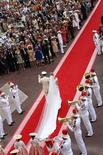 <p>El príncipe Alberto II y la princesa Charlene salen del palacio hacia la Iglesia de la Santa Devota tras la ceremonia en Mónaco REUTERS/Sylvain Lefevre</p>