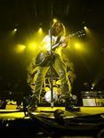 <p>Chris Cornell de Soundgarden en su concierto de reunificación en Toronto REUTERS/Mark Blinch</p>