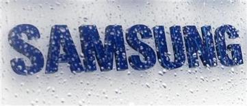 <p>Foto de archivo del logo de la firma Samsung Electronics en la sede de la firma en Seúl, mar 13 2009. Samsung Electronics, el principal fabricante mundial de chips de memoria y televisores, reportaría esta semana ganancias trimestrales drásticamente inferiores por una pérdida en su unidad de pantallas de LCD. REUTERS/Lee Jae-Won</p>