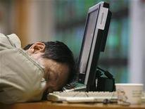 <p>A man sleeps after monitoring stock market prices on computer monitors inside a securities company in Taipei January 15, 2009. REUTERS/Nicky Loh</p>