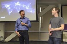 <p>Les patrons de Skype, Tony Bates (à gauche) et de Facebook, Mark Zuckerberg, ont présenté le nouveau service de visiophonie lancé par le réseau social en partenariat avec le spécialiste des communications sur internet. /Photo prise le 6 avril 2011/REUTERS/Norbert von der Groeben</p>