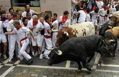 <p>Un hombre corre frente a los toros de Torrestrella durante la primera carrera de la famosa fiesta de San Fermín en Pamplona REUTERS/Eloy Alonso</p>