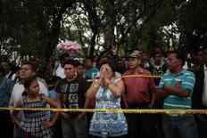 <p>El popular compositor y cantante argentino Facundo Cabral murió el sábado en Guatemala cuando el vehículo en el que viajaba hacia el aeropuerto fue atacado a tiros, en un incidente cuyos motivos no pudieron ser aclarados de inmediato. En la foto una multitud llora en la calle tras la muerte del cantante argentino en Ciudad de Guatemala, el 9 de julio del 2011. (GUATEMALA)</p>