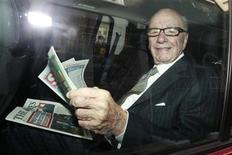 <p>Foto de archivo del magnate Rupert Murdoch con unas ediciones de los diarios The Sun y The Times en Londres, jul 11 2011. El Gobierno británico pidió al regulador de medios que revise la oferta de compra del magnate de los medios Rupert Murdoch por el operador de televisión por satélite BSkyB, tras un escándalo de escuchas telefónicas, lo que podría sentar una base para bloquear la multimillonaria compra. REUTERS/Luke MacGregor</p>