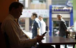 <p>A man looks at his mobile phone in a restaurant near the Bahrain Financial Harbour in Manama March 24, 2011. REUTERS/Hamad I Mohammed</p>