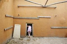 <p>A student wearing a pink dress enters a classroom through a miniature door constructed specially for children at the Aman Setu school in Pune, about 190km (118 miles) from Mumbai, July 20, 2011. REUTERS/Vivek Prakash</p>