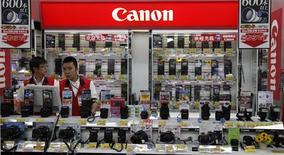 <p>Canon fait état d'une baisse de 30,9% de son bénéfice d'exploitation au deuxième trimestre qu'il impute à des perturbations dans sa chaîne de production provoquées par les conséquences du séisme qui a secoué le Japon au mois de mars. /Photo prise le 25 juillet 2011/REUTERS/Kim Kyung-Hoon (JAPAN - Tags: BUSINESS SCI TECH)</p>