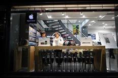 <p>Au moins cinq magasins se présentant comme des succursales d'Apple ont été ouverts à Kunming sans l'accord du groupe de Cupertino. Deux d'entre eux ont été contraints à la fermeture par les autorités municipales. /Photo prise le 22 juillet 2011/REUTERS/Aly Song</p>