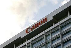 <p>Foto de archivo del logo de la firma Canon sobre su casa matriz en Tokio, ene 14 2009. Canon Inc informó de ganancias trimestrales mejores a las esperadas y elevó sus previsiones anuales, tras una rápida recuperación de sus problemas de abastecimiento provocados por el terremoto del 11 de marzo en Japón. REUTERS/Stringer</p>