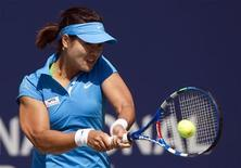 <p>Li Na of China returns a shot to Samantha Stosur of Australia during their third round match at the Rogers Cup women's tennis tournament in Toronto August 11, 2011. REUTERS/Mark Blinch</p>