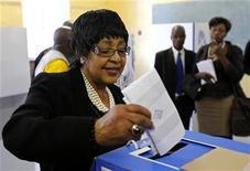 <p>Foto de archivo de Winnie Mandela durante las eleccioones muncipales en Soweto, Sudáfrica, mayo 18 2011. El Festival Internacional de Cine de Toronto tendrá este año su cuota de espías y asesinos, pero también un dejo político con el estreno mundial de una película biográfica sobre Winnie Mandela. REUTERS/Siphiwe Sibeko</p>