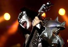 <p>Foto de archivo del bajista del grupo Kiss durante un concierto en el parque Simón Bolívar de Bogotá, abr 11 2009. La banda de rock Kiss quedó fuera de un concierto tributo a Michael Jackson en Gran Bretaña después de que se revelara que el líder del grupo, Gene Simmons, dijera que Jackson era un abusador de menores, informaron los organizadores el martes. REUTERS/John Vizcaino</p>