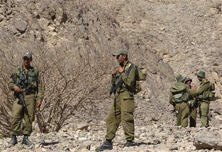 Israeli soldiers are seen near the Israeli-Egyptian border August 19, 2011, the day after a series of deadly attacks along Israel's porous border with Egypt. REUTERS/Ronen Zvulun