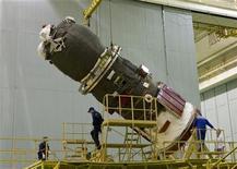 <p>Foto de archivo de la nave espacial de carga Progreso en el cosmódromo de Baikonur, Kazajistán, oct 3 2010. Una nave espacial de carga rusa con suministros para seis astronautas que están a bordo de la Estación Espacial Internacional (EEI) no logró llegar a la órbita el miércoles y se incendió en la atmósfera, informó la agencia de noticias Interfax. REUTERS/Shamil Zhumatov</p>