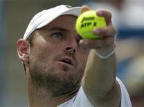 <p>Mardy Fish of the United States serves to Andy Murray of Britain during their semifinal round match of the 2011 Cincinnati Open tennis tournament in Cincinnati, Ohio, August 20, 2011. REUTERS/John Sommers II</p>