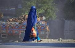 <p>A Pashtun woman wears a burqa as she carries a plastic bag back from a market in Peshawar September 6, 2011. REUTERS/Fayaz Aziz</p>