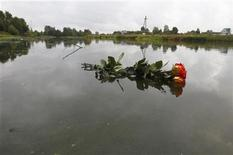 <p>Flowers placed by Elena, wife of Alexander Vyukhin, are pictured on Volga River near the site of a plane crash outside the Russian city of Yaroslavl September 8, 2011. REUTERS/Mikhail Voskresensky (RUSSIA - Tags: TRANSPORT DISASTER</p>