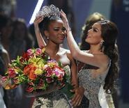 <p>Miss Angola Leila Lopes es coronada por la mexicana Ximena Navarrete, Miss Universo 2010, en la ceremonia desarrollada el lunes en Sao Paulo. Sep 12, 2011. REUTERS/Paulo Whitaker</p>