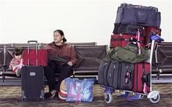 <p>Gloria Snow, (R) of Calgary, Alberta, Canada waits with her niece Sienna (L) in terminal two at Phoenix Sky Harbor International Airport in Phoenix, Arizona November 22, 2006. REUTERS/Jeff Topping (UNITED STATES)</p>