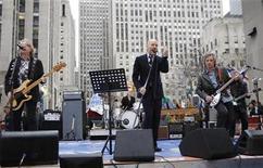 <p>Foto de archivo del grupo de rock R.E.M. durante una presentación en Nueva York, abr 1 2008. El grupo de rock R.E.M. dijo el miércoles en su página web que decidió poner fin a más de 30 años tocando juntos. REUTERS/Chip East</p>