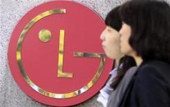 <p>People walk past a company logo of LG Electronics in Seoul October 21, 2009. REUTERS/Lee Jae-Won</p>