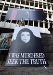 """<p>Un grupo de pancartas alusivas a Michael Jackson a las afueras de la Corte Suprema de Los Angeles, sep 27 2011. Más de dos años después de que Michael Jackson sufriera un paro cardíaco en su mansión, el médico que estaba tratando al cantante de """"Thriller"""" se sentará ante un jurado el martes acusado de ser responsable de su muerte. REUTERS/David McNew</p>"""