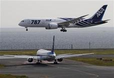 <p>A Boeing 787 Dreamliner aircraft (top) lands for delivery to All Nippon Airways (ANA) of Japan at Haneda airport in Tokyo September 28, 2011. REUTERS/Toru Hanai</p>