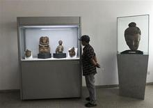 <p>A school boy looks at artefacts at Kabul National Museum September 25, 2011. REUTERS/Mohammad Ismail</p>