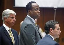 """<p>El médico Conrad Murray (al centro en la imagen) durante su juicio relativo a la muerte de Michael Jackson en Los Angeles, sep 28 2011. El médico de Michael Jackson llamó al asistente personal del cantante en lugar de a una ambulancia cuando se dio cuenta que la estrella de """"Thriller"""" había dejado de respirar en junio de 2009, escuchó el miércoles un tribunal de Los Angeles. REUTERS/Al Seib/Pool</p>"""