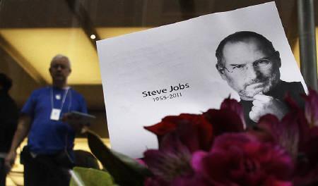 10月5日、米アップルはスティーブ・ジョブズ取締役会会長が同日死去したと発表した。写真は6日、シドニーのアップルストア(2011年 ロイター/Daniel Munoz)