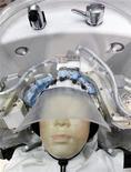 """<p>Un nouveau modèle de robot japonais dispense des shampoings avec une dextérité comparable à celle d'un être humain, à la différence près qu'il possède 24 """"doigts"""". /Photo prise le 4 octobre 2011/REUTERS/Kim Kyung-Hoon</p>"""