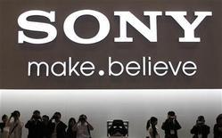 <p>Sony est proche de trouver un accord pour racheter la participation détenue par Ericsson dans leur coentreprise spécialisée dans la fabrication de combinés multimédias, rapporte jeudi le Wall Street Journal qui cite des sources proches de l'opération. /Photo prise le 4 octobre 2011/REUTERS/Kim Kyung-Hoon</p>