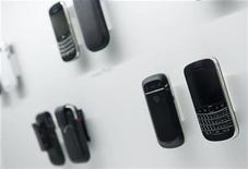 <p>Foto de archivo de una serie de teléfonos Blackberry Bold 9900 en Toronto, ago 3 2011. Usuarios de BlackBerry en Europa, Oriente Medio, Africa e India sufrieron cortes del servicio de correo durante varias horas el lunes, lo que se suma a las preocupaciones de su fabricante Research in Motion, que crecientemente es visto como un objetivo de adquisición. REUTERS/Mark Blinch</p>