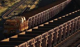 <p>A train loaded with iron ore travels towards the Rio Tinto Parker Point iron ore facility in Dampier in the Pilbara region of Western Australia April 20, 2011. REUTERS/Daniel Munoz</p>