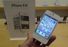 <p>Apple dit avoir vendu 4 millions d'iPhone 4S au cours des trois premiers jours de sa commercialisation, qui a débuté vendredi. /Photo prise le 4 octobre 2011/REUTERS/Jason Reed</p>