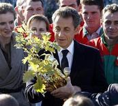 <p>El presidente de Francia, Nicolas Sarkozy, recibe un roble como regalo tras el nacimiento de su hija durante una visita a una fabrica que utiliza materiales reciclados. Oct 20, 2011. REUTERS/Remy de la Mauviniere</p>
