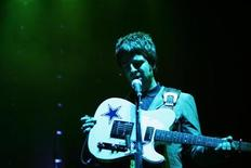 <p>Noel Gallagher of British rock group Oasis performs during a concert in Singapore February 23, 2006. REUTERS/Tim Chong</p>