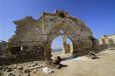 <p>A man sits under an arch of an old building in Suakin, in the Red Sea state, October 10, 2011. REUTERS/Mohamed Nureldin Abdallah</p>