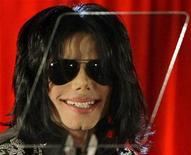 """<p>Imagen de archivo del fallecido cantante Michael Jackson durante la promoción de unos conciertos en Londres, mar 5 2009. La estrella de reality shows y promotor de conciertos David Gest prometió a los admiradores de Michael Jackson una renovada mirada en su documental acerca del fallecido """"Rey del pop"""" que se estrenará el miércoles en Londres. REUTERS/Stefan Wermuth</p>"""
