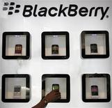 """<p>Foto de archivo de una serie de teléfonos Blackberry en un salón de muestras en Ahmedabad, India, oct 13 2011. Research In Motion perderá más participación en el mercado de Estados Unidos y su crecimiento internacional estará limitado por los problemas de la nueva plataforma operativa del fabricante del teléfono Blackberry, dijo Barclays, que bajó en un escalón su recomendación a """"desempeño igual al promedio del mercado"""". REUTERS/Amit Dave</p>"""
