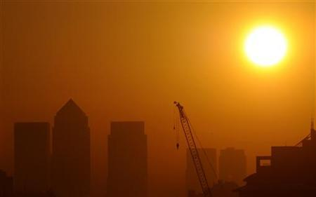 The sun rises behind the Canary Wharf business district in London September 30, 2011. REUTERS/Paul Hackett