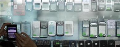 <p>La croissance du marché mondial de la téléphonie mobile a nettement ralenti au troisième trimestre en raison du repli des ventes de combinés d'entrée de gamme et de la croissance plus faible de celles des smartphones, selon le cabinet d'études Gartner. /Photo d'archives/REUTERS/Bazuki Muhammad</p>