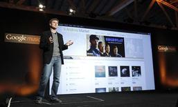 <p>Michael Siliski, chef de produit Android chez Google, lors du lancement de Google Music mercredi à Los Angeles. Le géant américain de l'internet Google a dévoilé mercredi son magasin de musique en ligne censé rivaliser avec Apple et Amazon.com qui dominent actuellement le marché. /Photo prise le 16 novembre 2011/REUTERS/Mario Anzuoni</p>