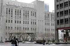 <p>Tribune Co., dueño de los diarios Los Angeles Times y Chicago Tribune, presentó un tercer plan de reorganización a la Corte de Bancarrota estadounidense en Delaware, en el marco de sus intentos de resolver preocupaciones planteadas por la corte el mes pasado. EN la foto de archivo, un grupo de personas transitan la Plaza de la Libertad, adyacente al edificio del Chicago Tribune en Chicago. Dic 8, 2008. REUTERS/Frank Polich</p>