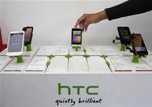 <p>Les ventes du fabricant de téléphones taiwanais HTC, qui a des difficultés à faire face à la concurrence d'Apple et de Samsung Electronics, ont chuté de 30% en novembre par rapport à octobre. /Photo prise le 24 novembre 2011/REUTERS/Pichi Chuang</p>