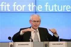 <p>Le président du Conseil européen proposera lors du sommet de fin de semaine aux dirigeants de l'UE d'emprunter la voie d'une ambitieuse sortie de crise, basée sur de profondes réformes structurelles, la perspective d'une union budgétaire à terme et des mécanismes d'assistance renforcés. /Photo prise le 15 novembre 2011/REUTERS/Stringer</p>