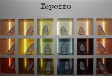 <p>Interparfums et Repetto ont annoncé mercredi avoir signé un contrat de licence pour la création de lignes de parfums sous la marque du célèbre fabricant français de ballerines et de chaussons de danse. Une première ligne de parfums Repetto devrait voir le jour dans le courant de 2013. /Photo d'archives/REUTERS/Jacky Naegelen</p>