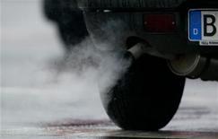 <p>L'Union européenne va maintenir l'an prochain son avance en matière d'émissions de CO2 du secteur automobile en durcissant d'un cran supplémentaire l'objectif qu'elle fixe aux constructeurs. /Photo d'archives/REUTERS</p>