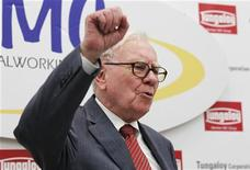 "<p>Berkshire Hathaway Chairman Warren Buffett shouts the slogan ""Never give up, Iwaki"" in Japanese, in response to a request from a local television reporter that he do so, at the end of his news conference after the opening ceremony of Tungaloy Corp's new plant in Iwaki, Fukushima Prefecture November 21, 2011. REUTERS/Kim Kyung-Hoon</p>"